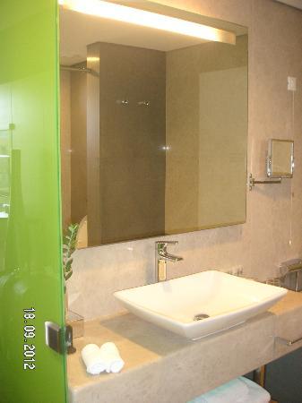 Avra Imperial Beach Resort & Spa: partie salle de bains