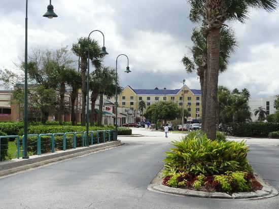 Staybridge Suites Lake Buena Vista: Hotel Marriot al frente donde venden Official Disney Tickets