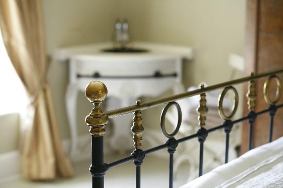 Alstonefield Manor: Large double bedroom with corner vanity sink