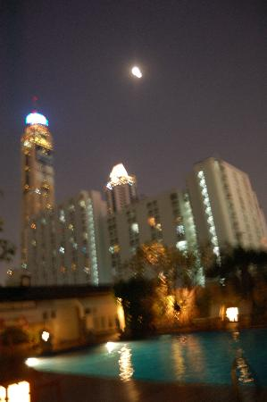 Centre Point Pratunam Hotel : view from swimming pool at night