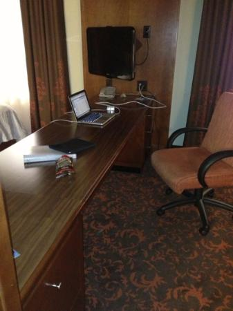 Hampton Inn & Suites Holly Springs: studio suite desk