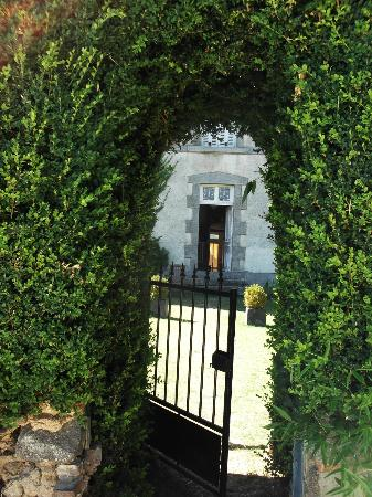 Le Petit Manoir: Gateway to pool - and paradise!