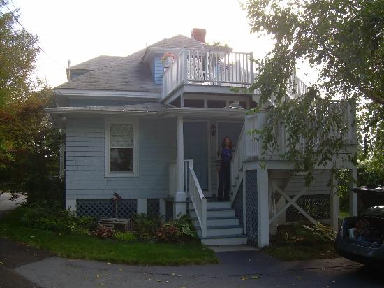 Atlantic Birches Inn: back entrance to cottage