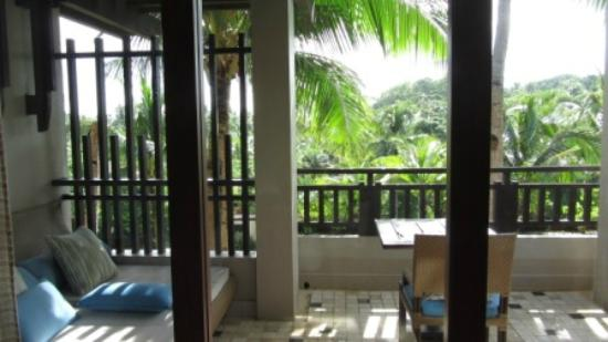 Shangri-La's Boracay Resort & Spa: balcony with comfy and clean day beds