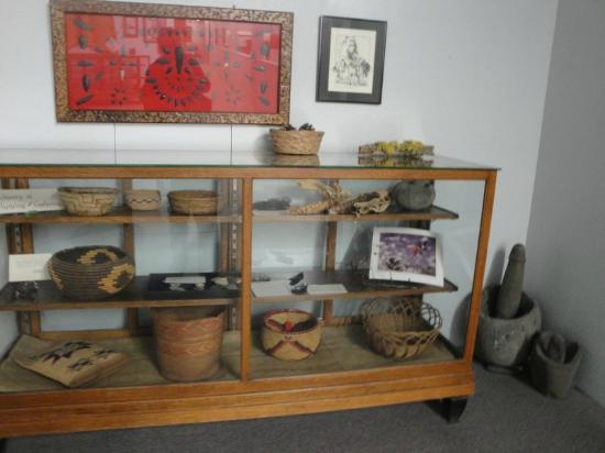 Baker Heritage Museum: Display case of Native American artifacts.