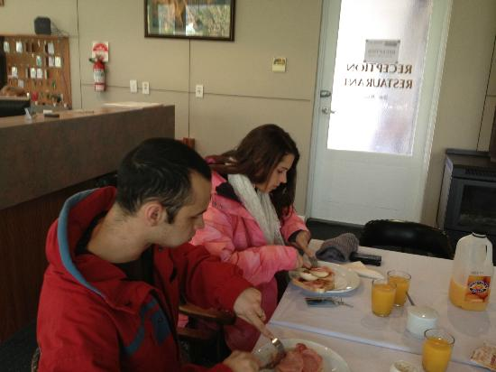 Golden Leaf Motel: Enjoying and hearty breakfast before a day of skiing