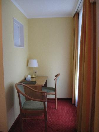 Hotel Staubbach: Desk area