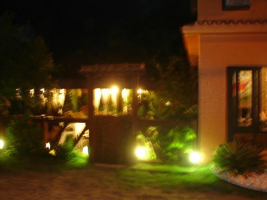 Pousada Solar da Praia: Fachada externa da Pousada à noite