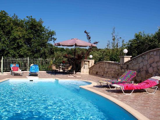 Old Fountain Villas: pool area Villa Avrilio