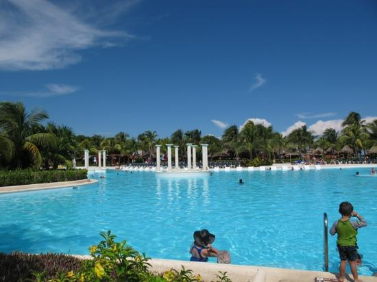 Grand Palladium Kantenah Resort & Spa: Main pool
