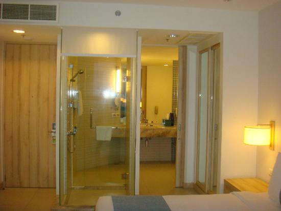 Holiday Inn Pattaya: glass shower