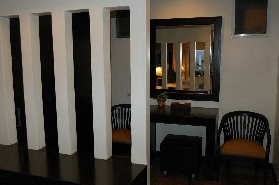 โรงแรมเฉวงโคฟ บีช รีสอร์ท: small sitting-room area divided from bedroom area