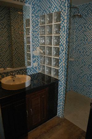 تشاوينتج كوف بيتش ريزورت: bathroom