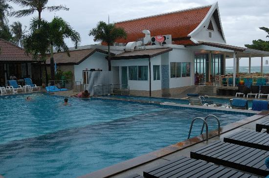 Chaweng Cove Beach Resort: pool and breakfast building