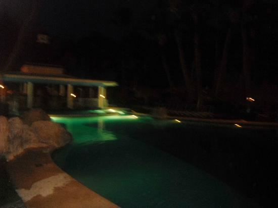 Hotel Riu Bambu: Pool bar at night