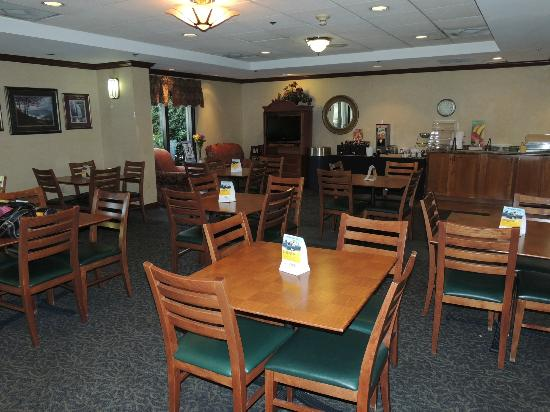 Quality Inn & Suites Biltmore South: Our breakfast and lounge area