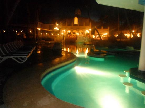 Hotel Riu Bambu: pool at night