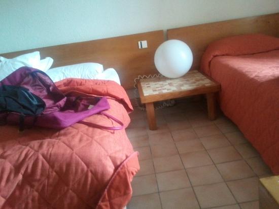 Hotel Les Grenettes : Coin chambre 2 lits Carrelage Mobilier vétuste