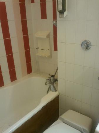 Hotel Les Grenettes : Baignoire Wc Produit douche