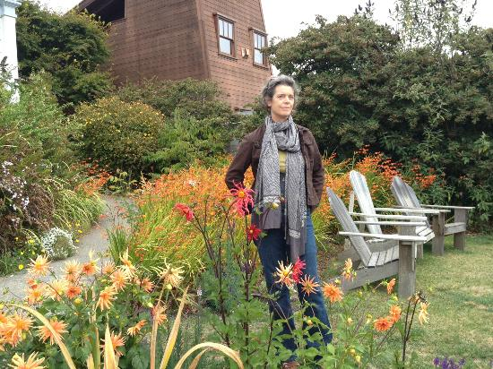 Didjeridoo Dreamtime Inn: Catherine in the gardens of the didjeridoo b+b