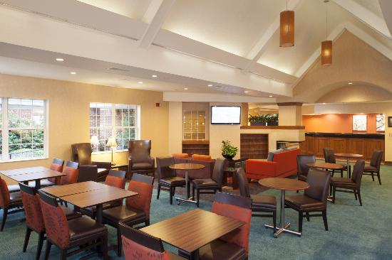 Residence Inn by Marriott Asheville Biltmore: Newly Renovated Lounge and breakfast area