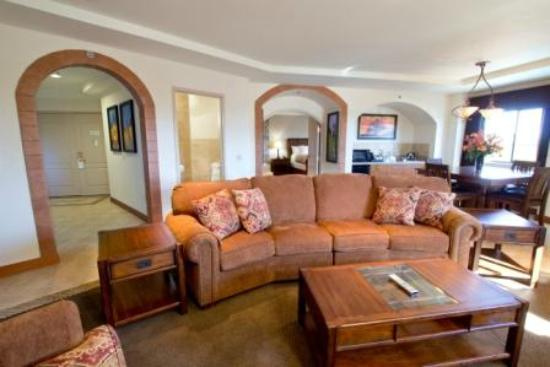 Jackson Rancheria Casino Resort: Executive Suite Living Room and Dining Room