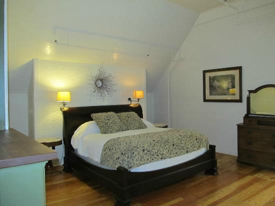 McCloud Mercantile Hotel: Our comfy bed