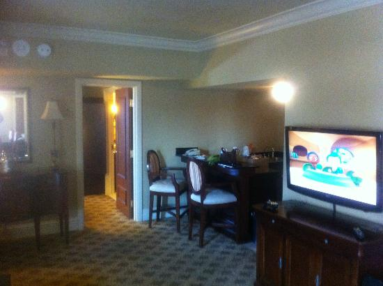 The Read House Historic Inn And Suites : big TV and mini bar