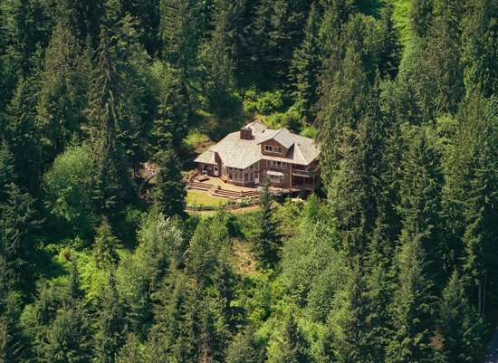 The Country Cedar Inn: Nestled into 5 very secluded and private acres of forest