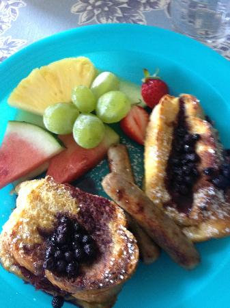 Piney Hill Bed & Breakfast: Blueberry stuffed French toast