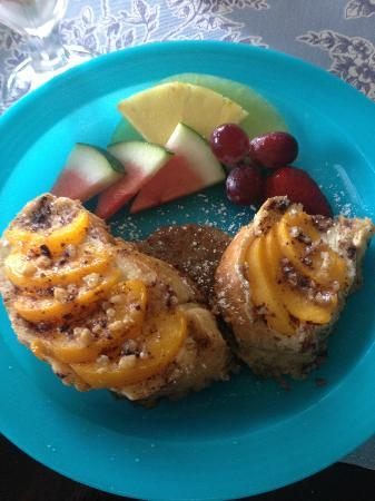 Piney Hill Bed & Breakfast: Cream cheese stuffed French toast with peaches