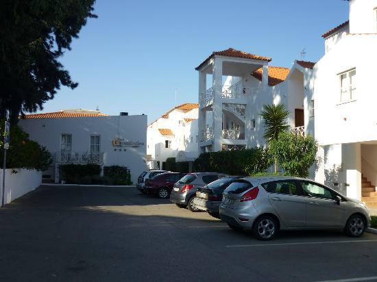 Ouratlantico Apartamento Turisticos: Ample parking and driveway