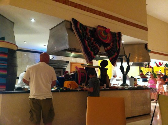 Grand Sirenis Mayan Beach Resort & Spa: Mexican Theme night