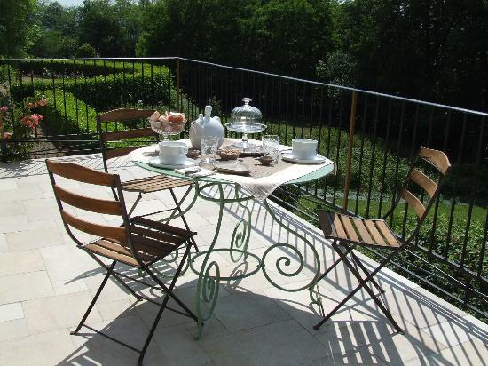 Maison d'Hotes Aux-Forets: à l'heure du petit déjeuner sur la terrasse
