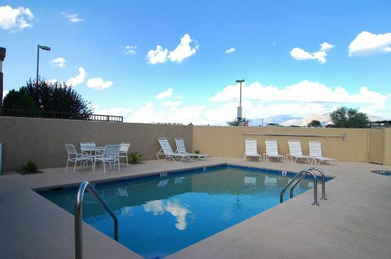Best Western Gold Poppy Inn: Pool area