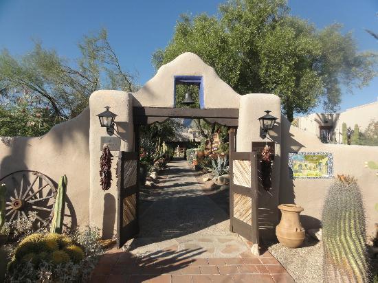 Hacienda Del Sol Guest Ranch Resort: Entrance to lobby 