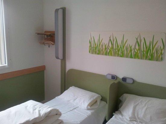 Ibis budget Lugano Paradiso: Lit jumeau et garde-robe au mur.