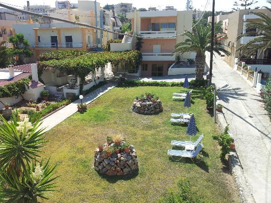 Danaos Beach Hotel: Ogród pomiędzy budynkami hotelu