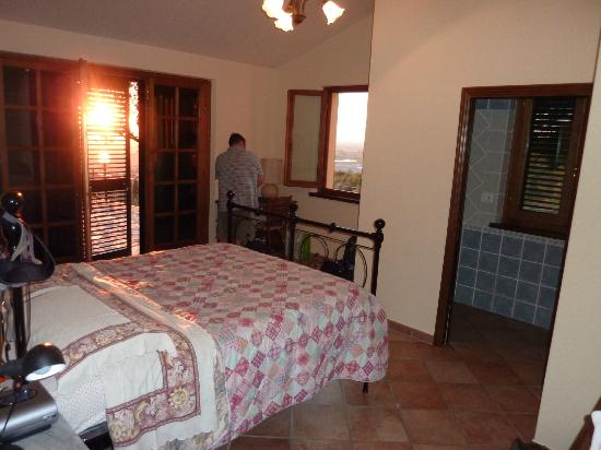 Agriturismo La Maesta: Comfortable bed and spacious room