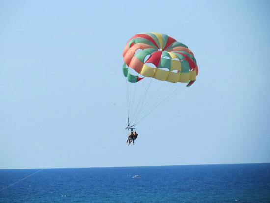 Iberostar Rose Hall Beach Hotel: Parasailors