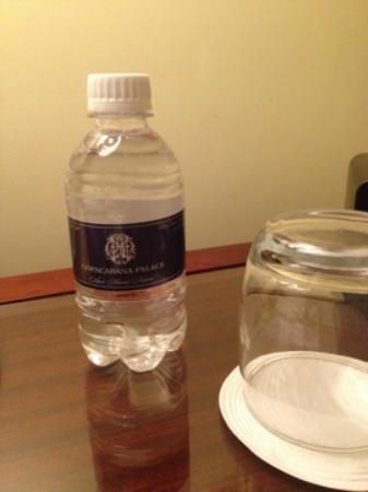 โรงแรมโคปาคาบานา พาเลซ: Serviço de abertura de leito com agua e chocolate belga