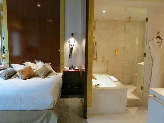 Park Hyatt Paris - Vendome : Wall can slide to close off bathroom
