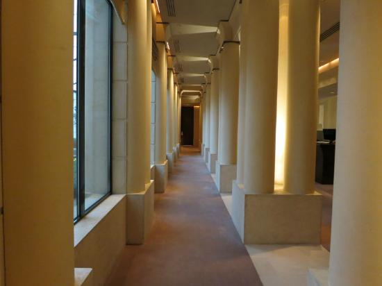 Park Hyatt Paris - Vendome: Reception area next to front desk