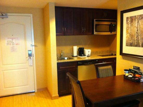 Homewood Suites by Hilton Toronto Airport Corporate Centre: Functional kitchen