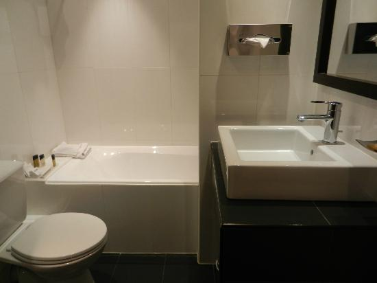 Hotel Etoile Saint-Honore: bathroom: tub/shower, sink and toilet