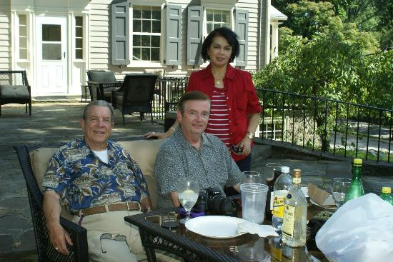Chrystie House Bed and Breakfast: Enjoying the patio with friends in the afternoon