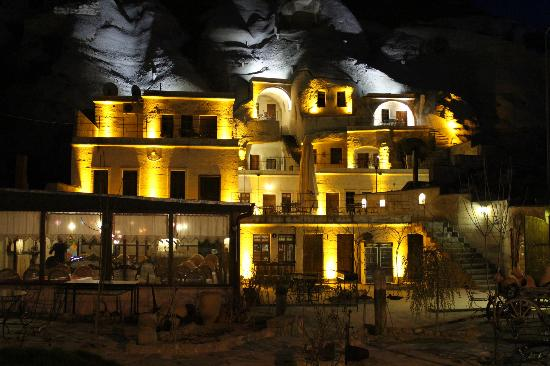 Spelunca Cave Suites: Spelunca at night