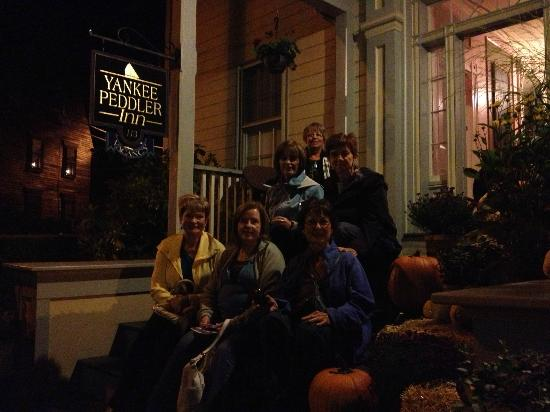 Yankee Peddler Inn: Pleasant Fall evening in Newport