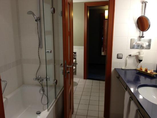 Steigenberger Hotel Sonne: 5th floor suite - bathroom with bath