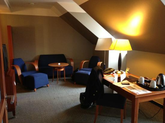 Steigenberger Hotel Sonne: 5th floor suite - spacious living room